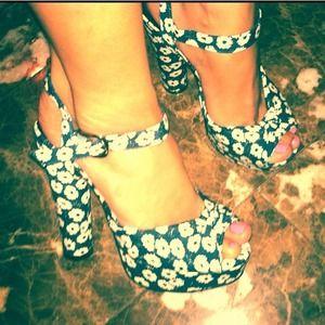 New! Flower open toe heels! Size 7