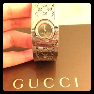 Gucci Women's YA 112501 Twirl small bangle Watch