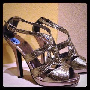 Shoes - 💕 Metallic Dressy Sandals