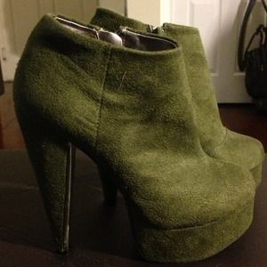Forever 21 Olive Green Booties Size 6