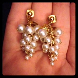 Jewelry - Gold and pearl drop earrings❤️