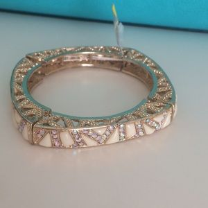 Beautiful fashion gold stretchy bracelet.