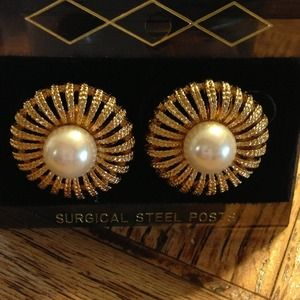 Beautiful gold tone post earrings