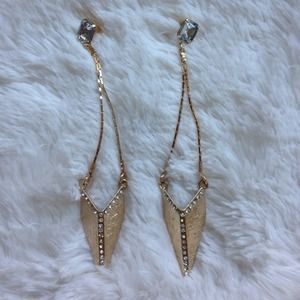Gorgeous gold toned earrings w/rhinestone detail!