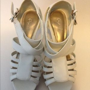 Shoes - Quipid white high heel shoe, size 7.5