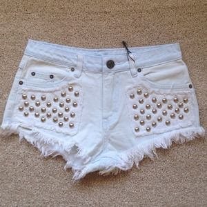 Light blue denim shorts with rivets