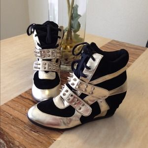 Wedge blk and gold sneakers.