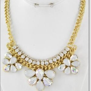 Jewelry - ⚡️Gorgeous gold chain link and flower necklace⚡️