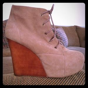 GORGEOUS Jeffrey Campbell beige suede booties