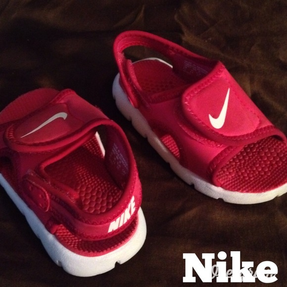 new product 42795 7c64f Toddler girl's dark pink Nike open-toe sandals.