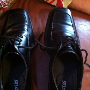Men's Apt. 9 dress shoes. Size 9