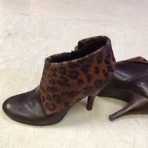 Adorable leopard print Nine West bootie heels