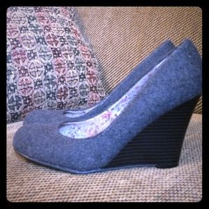 Report dark gray wool wedges w/black heel