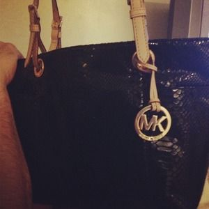 Authentic MK bag. Looks brand new. Love it!!!