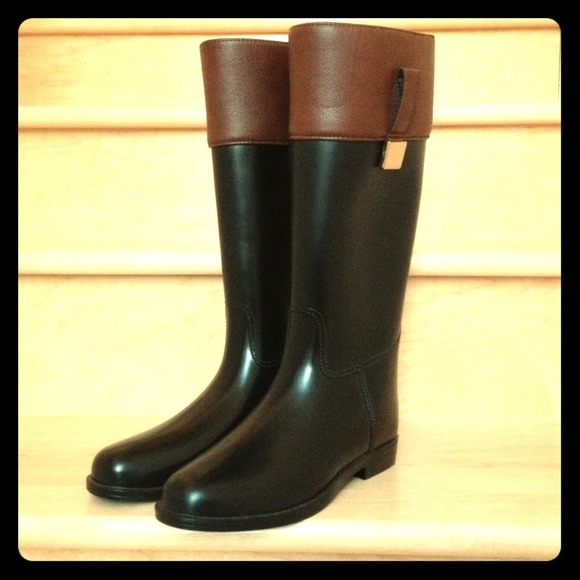 Banana republic a cute printed lining gives our glossy wellies an added dose of style. Rubber upper. Flap panel with snap closure. Decorative side mainflyyou.tk: $