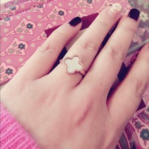 Clover Ring White mother of pearl