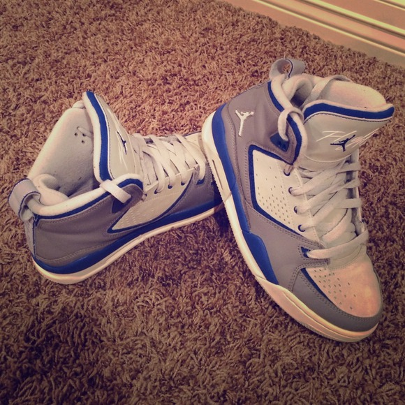 Boys size 6 air jordan tennis shoes