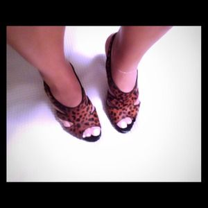 Fits sz 10! Nine West Leopard Mohair sandals