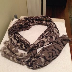 Camo scarf with short fringe