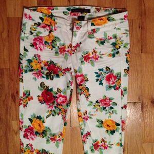 Macy's white flower print skinny jeans 🌹