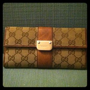 Reduced!!! Barely used Gucci continental wallet