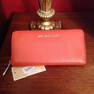 Michael Kors Clutches & Wallets - 🎉Sale🎉Michael Kors Bedford Continental Wallet