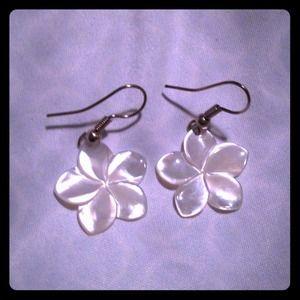 Pearl earrings. 🌺