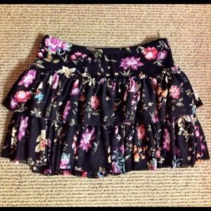 🌹 Flirty & Feminine Ruffled Floral Mini Skirt