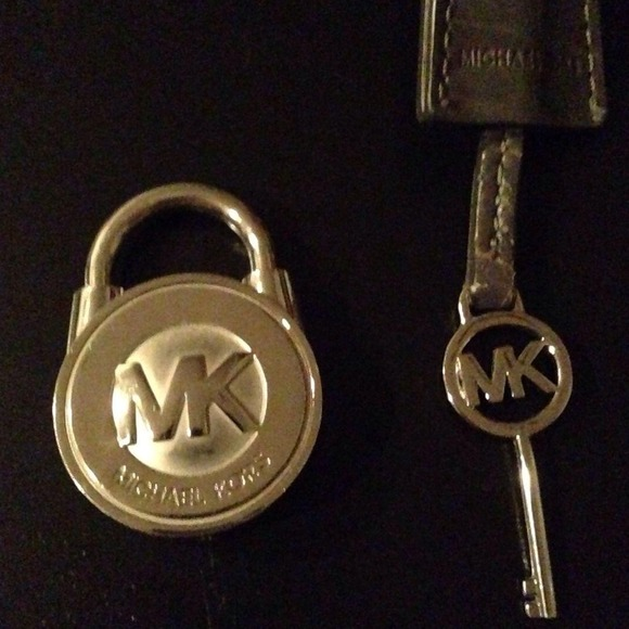 3a1006fd71b5 2 Michael Kors Hamilton lock and key. M_5286f52ee1267a2f7102a3f5