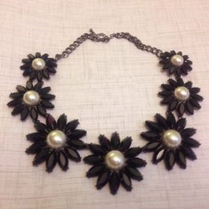 Gorgeous black and white pearl floral necklace!