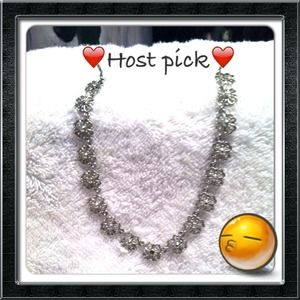 Jewelry - 💕HOST PICK 12/5 💕Avon silver flower necklace