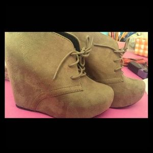 Shoes - Tan collered wedges