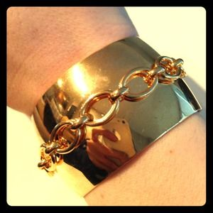 Cute gold plated cuff with nautical rope detail.
