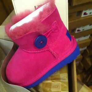 ugg mini bailey button kid us size 6, authentic.