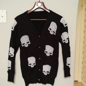Black sweater with grey skulls S