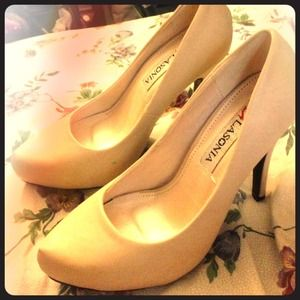 Shoes - Beige wet (Creme) heels