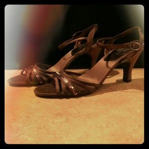 Strappy shoe with with sparkle