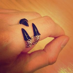 Accessories - Claw Ring