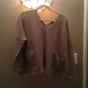 High low sides sweater with two front pockets