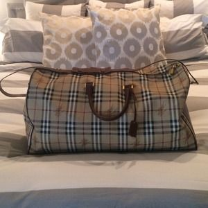 Burberry Handbags - 💛Authentic Burberry duffle bag💛