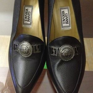 Gianni Versace Shoes - Gianni Versace crested black pumps