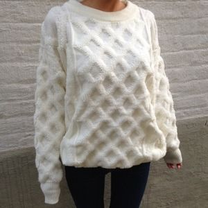 Sweaters - 🎉Host Pick🎉Criss cross pattern white sweater