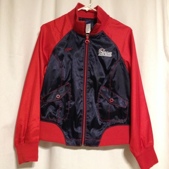 Reebok New England Patriots Women s Cheer Jacket. M 52a8f9639da259493a03f27c 0f71858ca