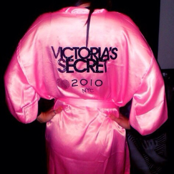 a31c432c42 2010 Victorias Secret Fashion Show Robe. M 52b5372e4c47c071d3027934