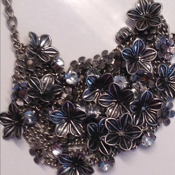 Forever 21 Jewelry - Floral bib statement necklace