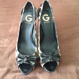 Sz 8 Guess open toe leopard pumps