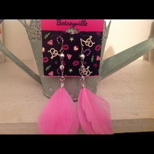 ⭐️BRAND NEW⭐️Pink Feather Dangles Betsey Johnson