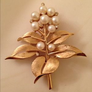 Jewelry - Gold and pearl vintage brooch