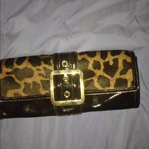 Giraffe print patent leather clutch🎭