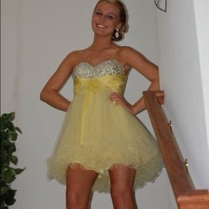 Dresses & Skirts - Beautiful yellow prom dress.